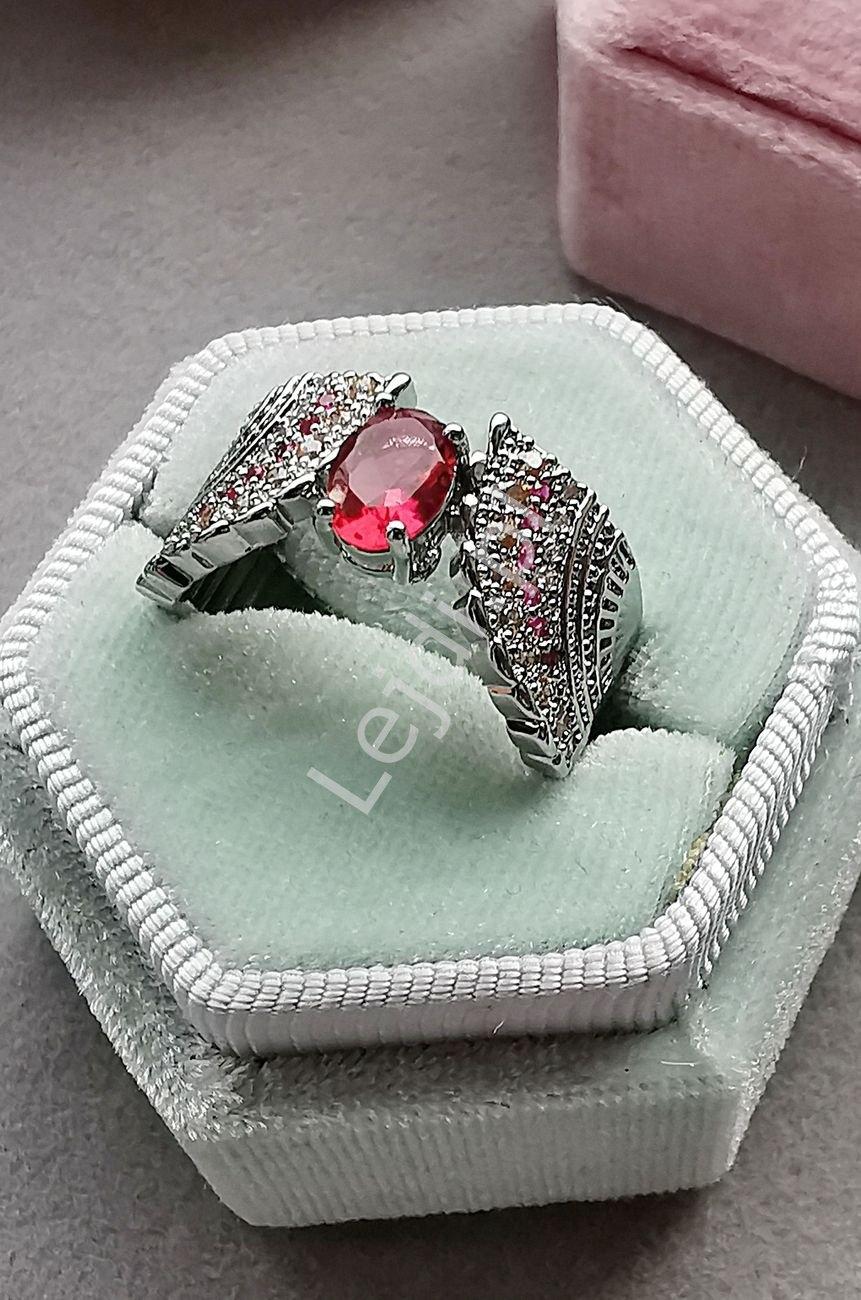Posrebrzany pierścionek z kryształkiem w kolorze malinowym