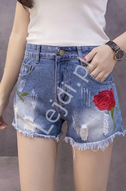 Image of Jeansowe spodenki z dziurami oraz wyhaftowaną różą