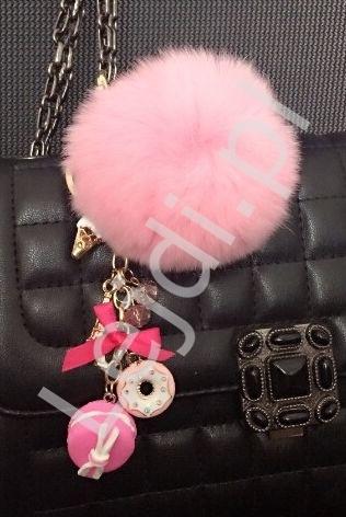 Zawieszka do torebki pompon z naturalnego futerka w kolorze jasno różowym z charmsami