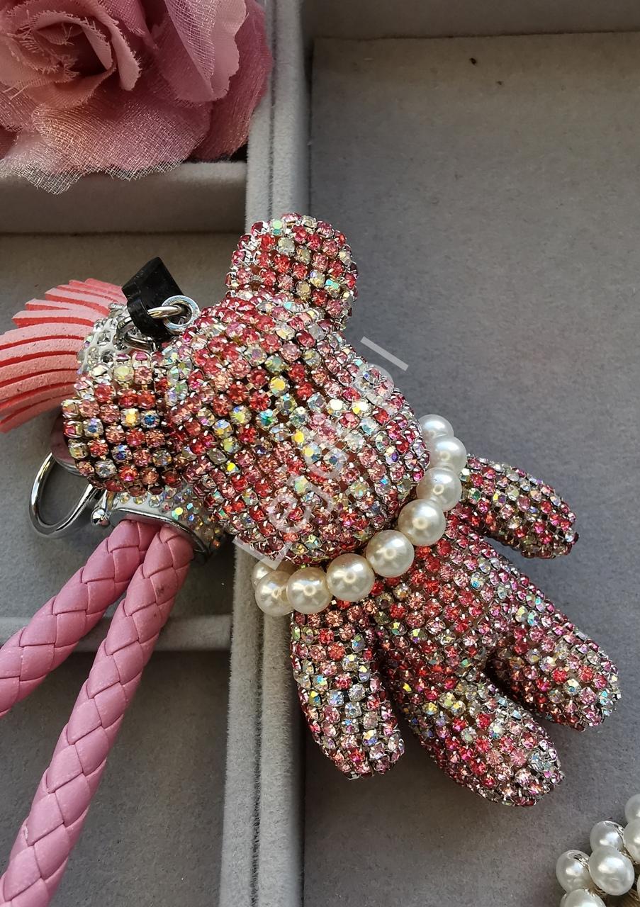 Brelok z kryształków w kilku odcieniach różowego, kryształkowy miś z perełkami i różowym chwostem | zawieszka do torebki, kluczy