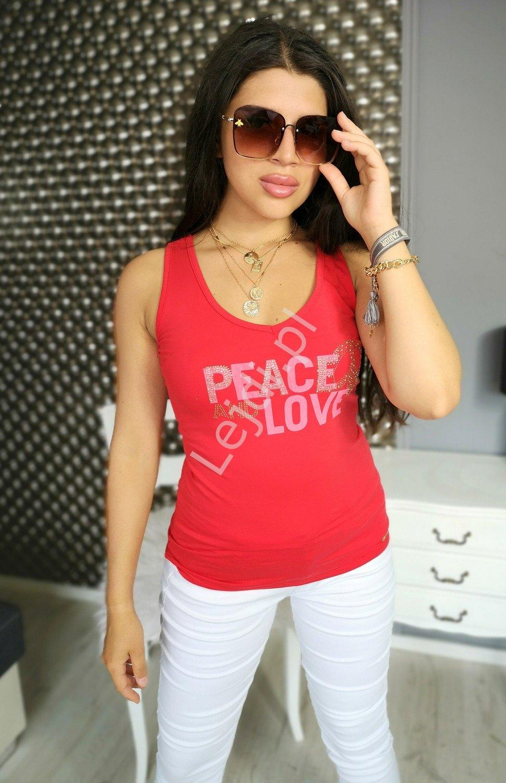 Czerwony top z napisem peace and love  i pacyfką