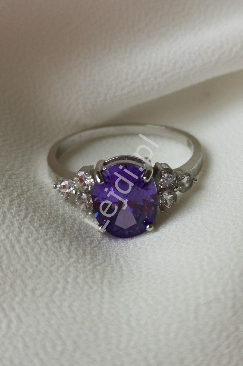 Posrebrzany pierścionek zaręczynowy z fioletowym oczkiem