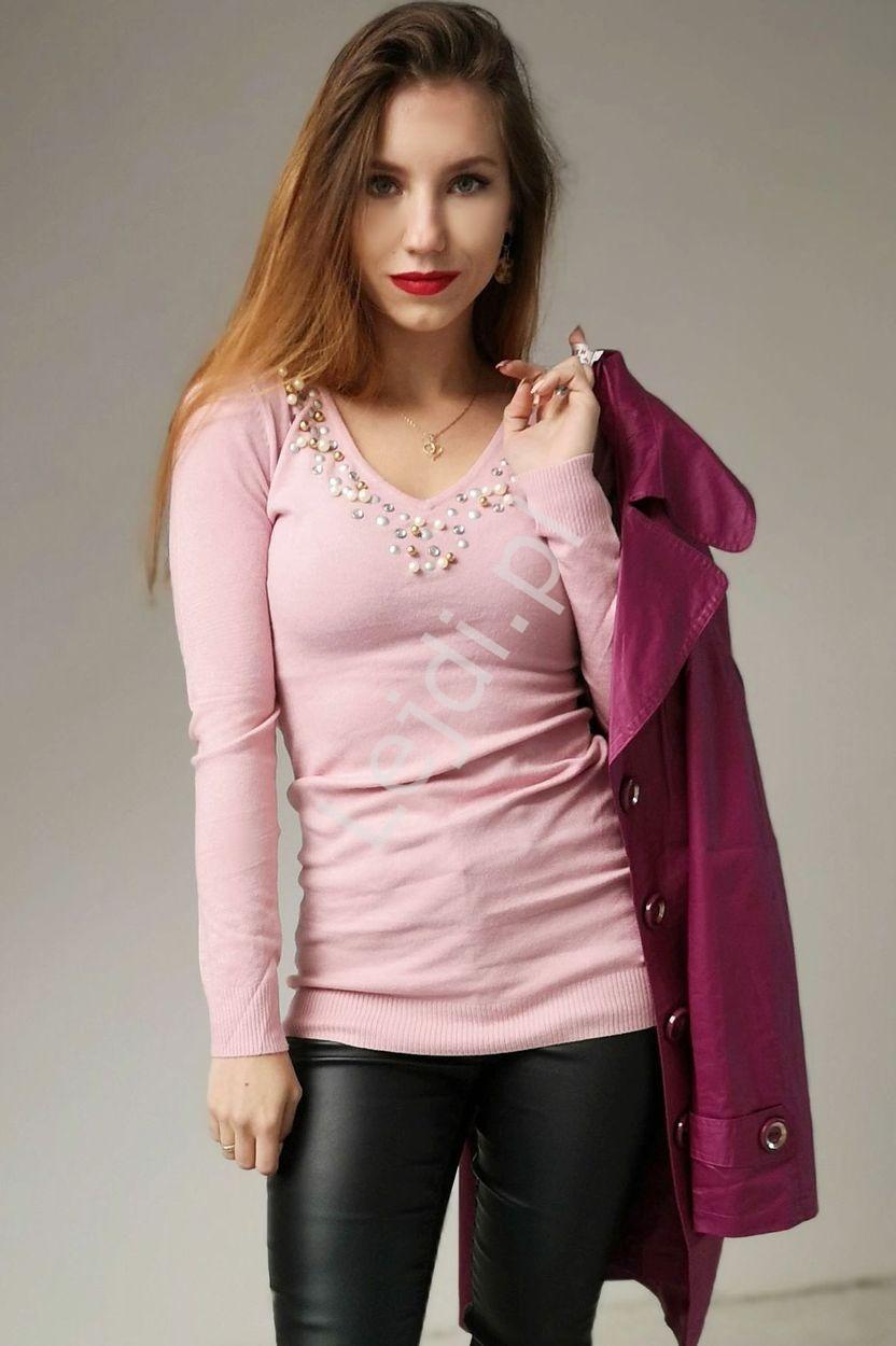 Sweterek wełniany z jedwabiem w kolorze pudrowego różu z bogato ozdobionym dekoltem 8177
