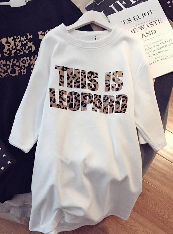 Biała oversizowa bluzka z napisem this is leopard