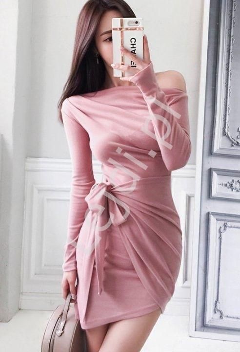 Fantazyjnie wiązana sukienka dopasowana w różowym kolorze 7816