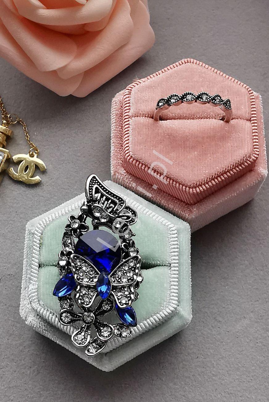 Zestaw pierścionków w srebrnym kolorze z kryształkami
