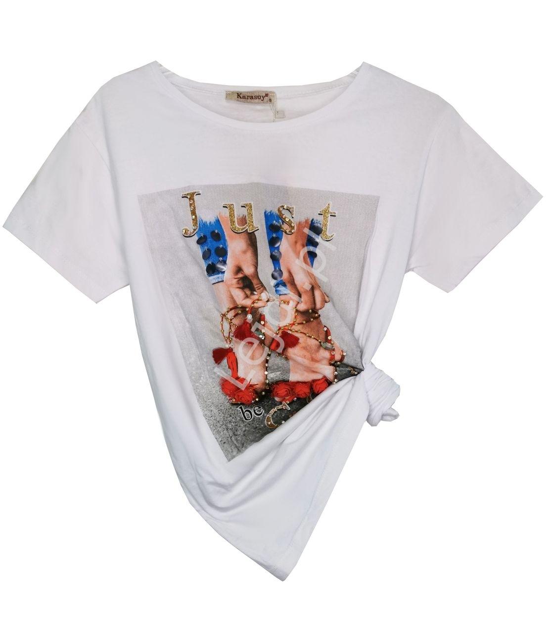 Biała koszulka z czerwonymi szpilkami z kwiatami 3d