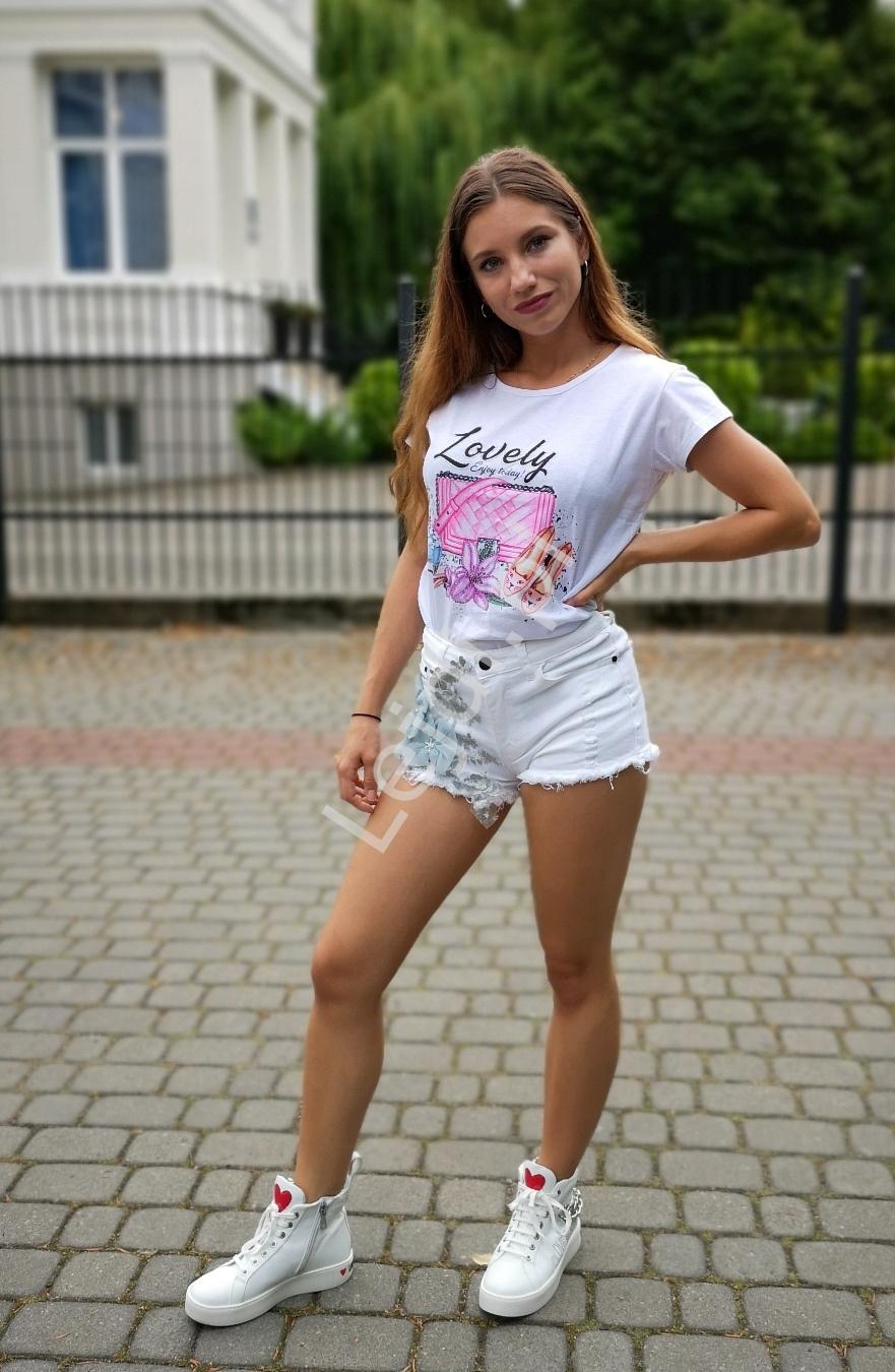 Białe jeansowe spodenki z fenomenalnym zdobieniem 595