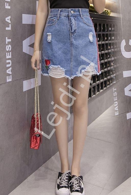 Jeansowa spódniczka z dziurami, różą paskami z napisami