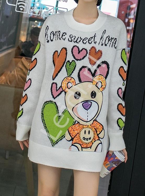 Biały sweter z misiem i sercami, stylowe swetry premium