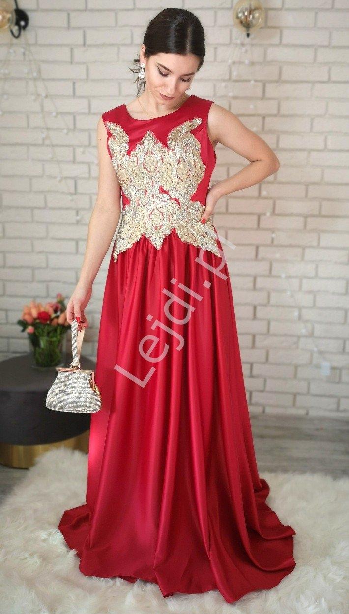 Czerwona elegancka suknia satynowa zdobiona złotą aplikacją i kryształkami
