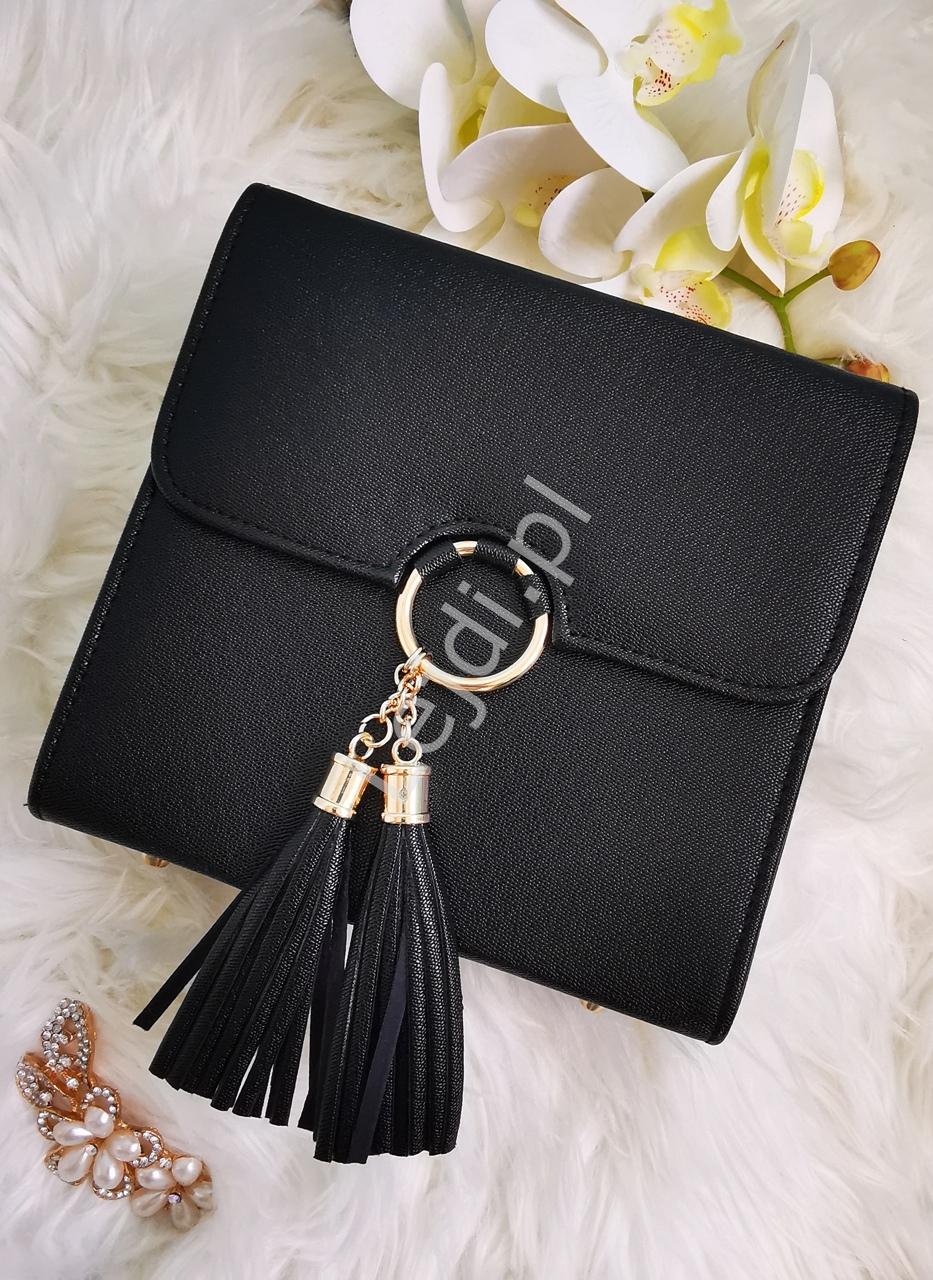 Przepiękna modna torebka z kółkiem i chwostami w czarnym kolorze o fakturze saffiano