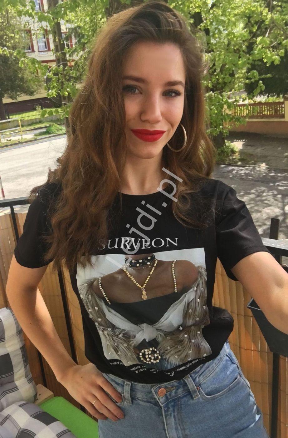 Stylowy t-shirt czarny z nadrukiem zdobionym cyrkoniami i koralikami