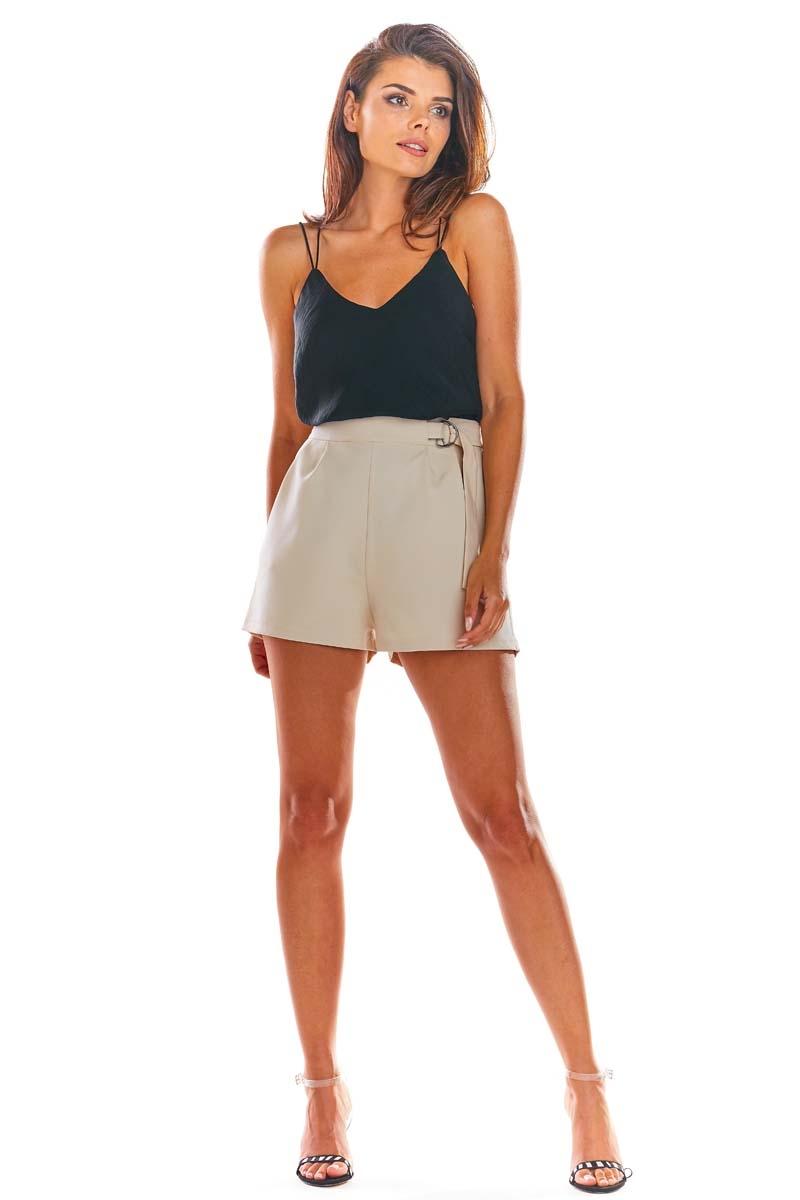 Image of Beżowe eleganckie krótkie szorty z ozdobnym paskiem