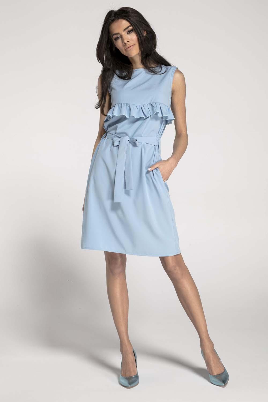 Błękitna letnia sukienka z falbanką przewiązana paskiem