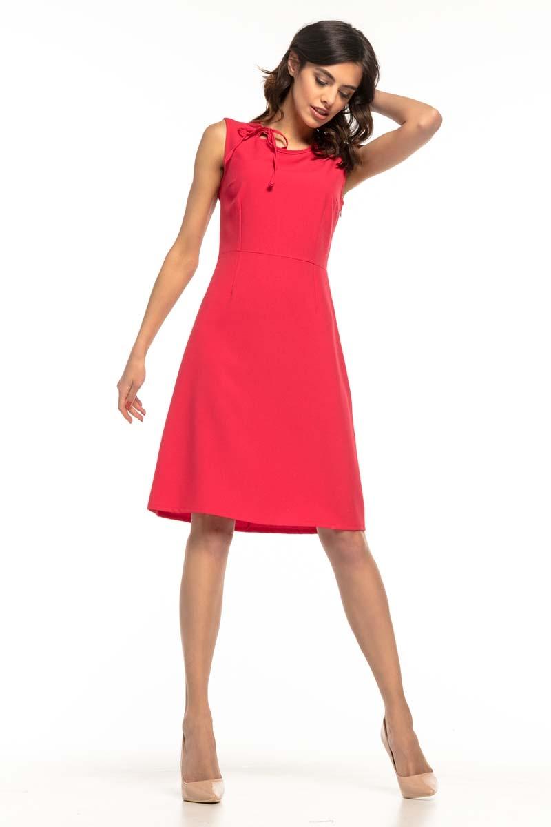 Malinowa koktajlowa sukienka z trapezowym dołem bez rękawów