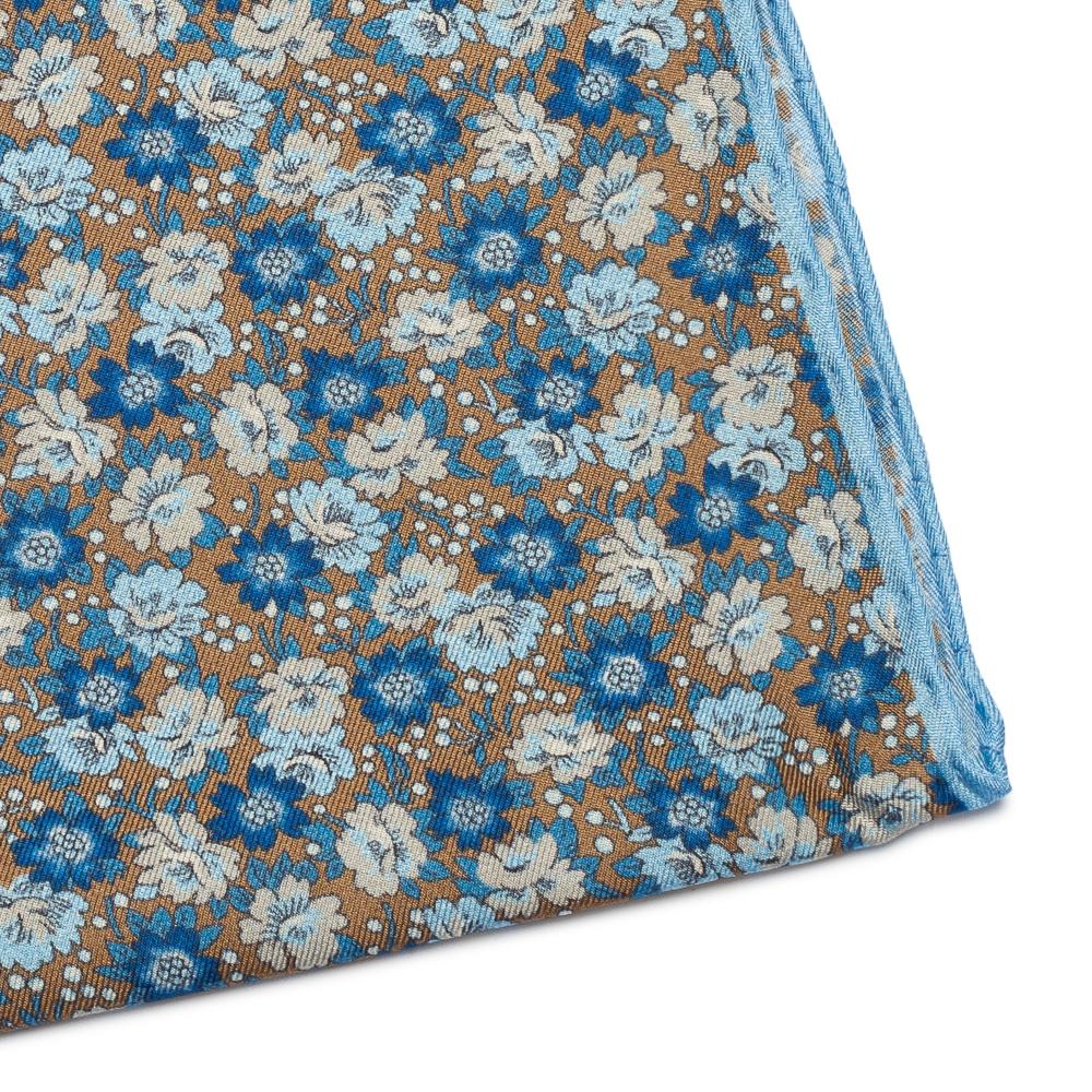 Image of Beżowa jedwabna poszetka w kwiaty z błękitną obwódką