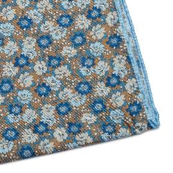 Beżowa jedwabna poszetka w kwiaty z błękitną obwódką